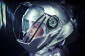 Junge spielt, um ein Astronaut zu sein