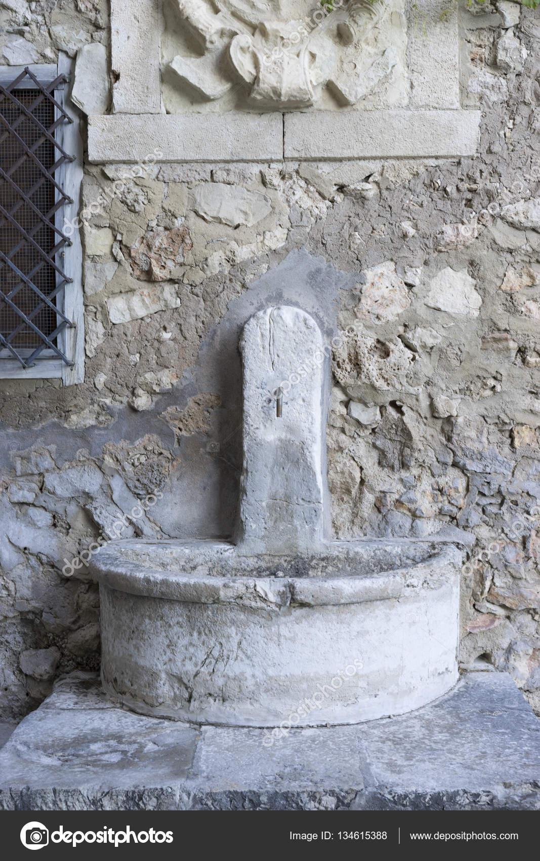Lovely Schöner Brunnen Aus Stein Im Inneren Der Stadt Cuenca In Spanien U2014 Foto Von  Outsiderzone