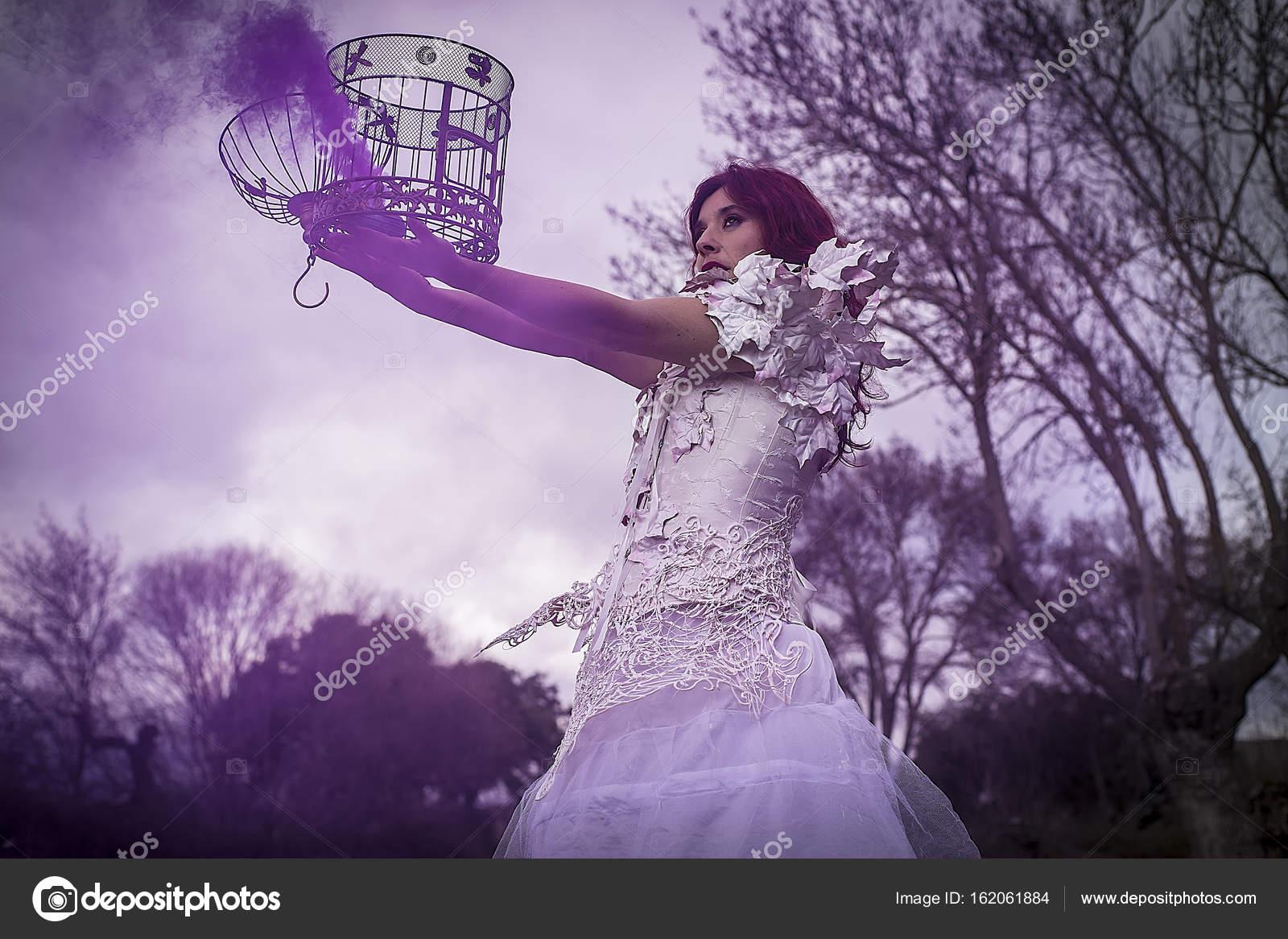 niña con vestido blanco y con una jaula de pájaro — Fotos de Stock ...