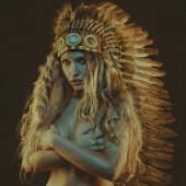Photo tribal, beautiful girl with plume of american indian feathers