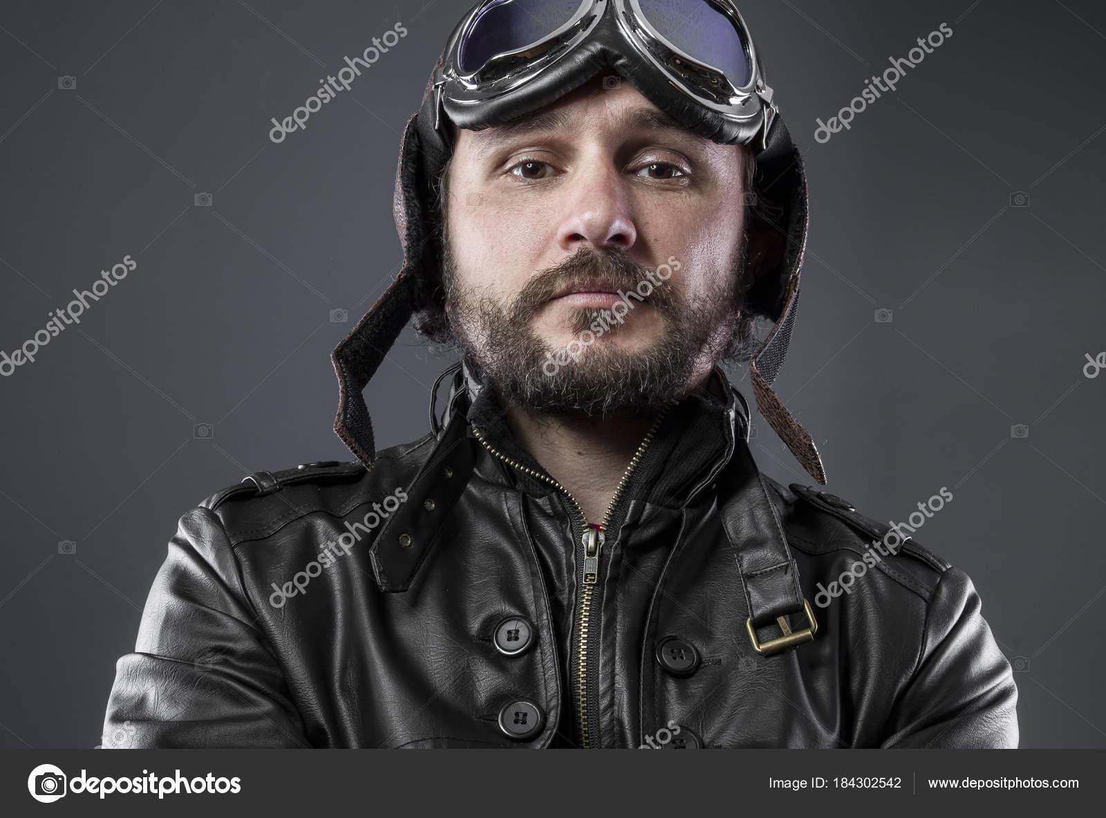 Recreação da segunda guerra mundial, o antigo piloto de avião com tampão de  avidor e grandes óculos, jaqueta de couro marrom — Foto de outsiderzone 44a553c709