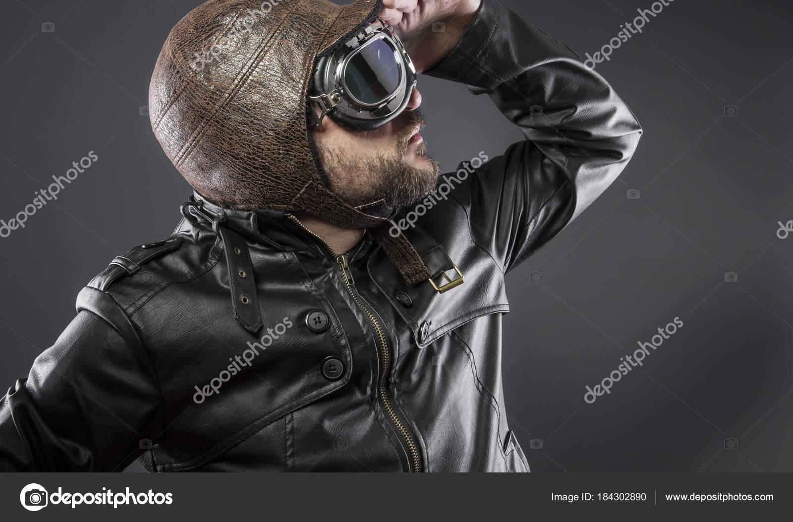 3ea4c40c8b Aparência, antigo piloto de avião com jaqueta de couro marrom, arador chapéu  e óculos grandes — Foto de outsiderzone