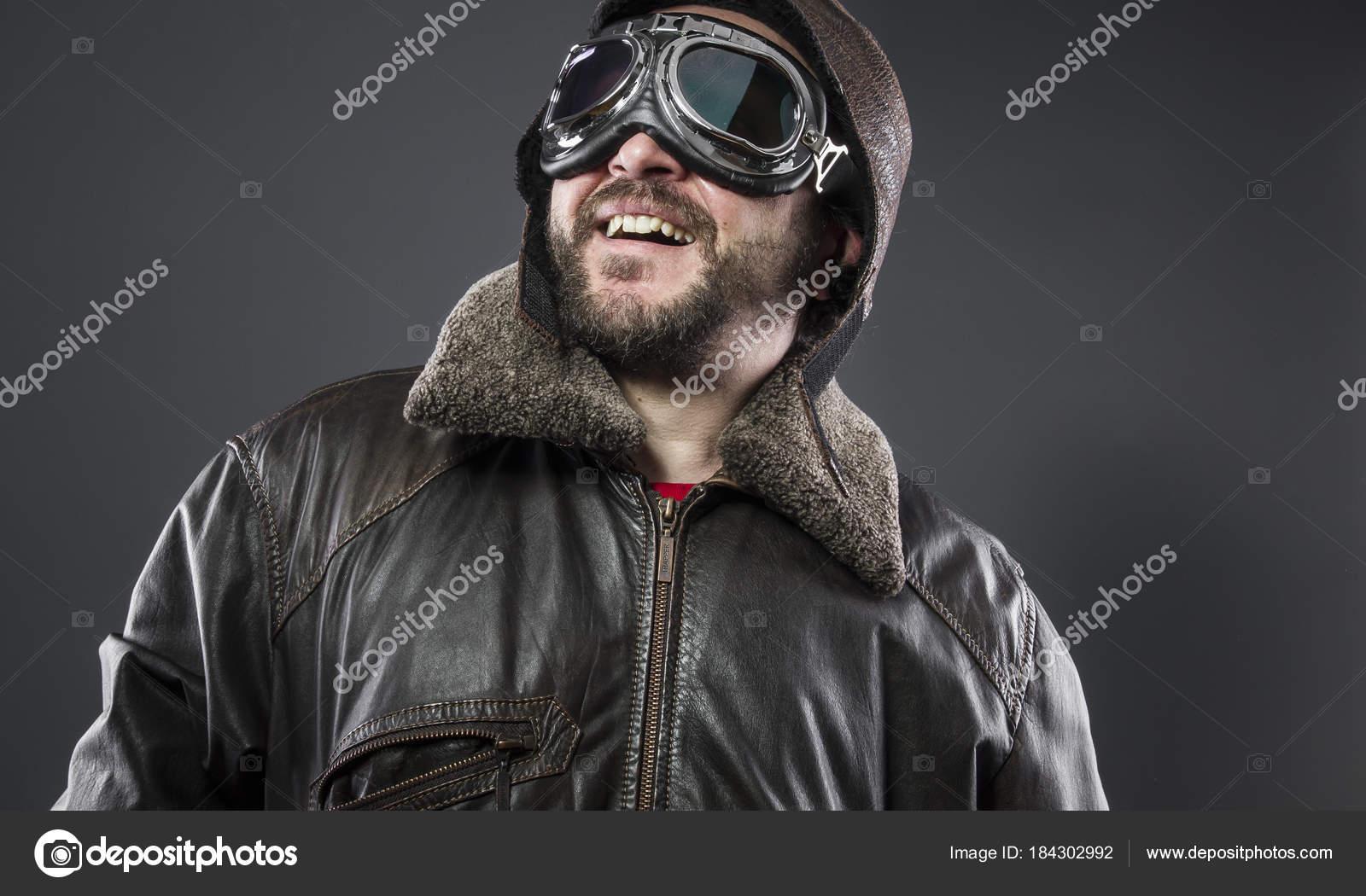 4ac7657f83 Transporte, antigo piloto de avião com jaqueta de couro marrom, arador  chapéu e óculos grandes — Foto de outsiderzone