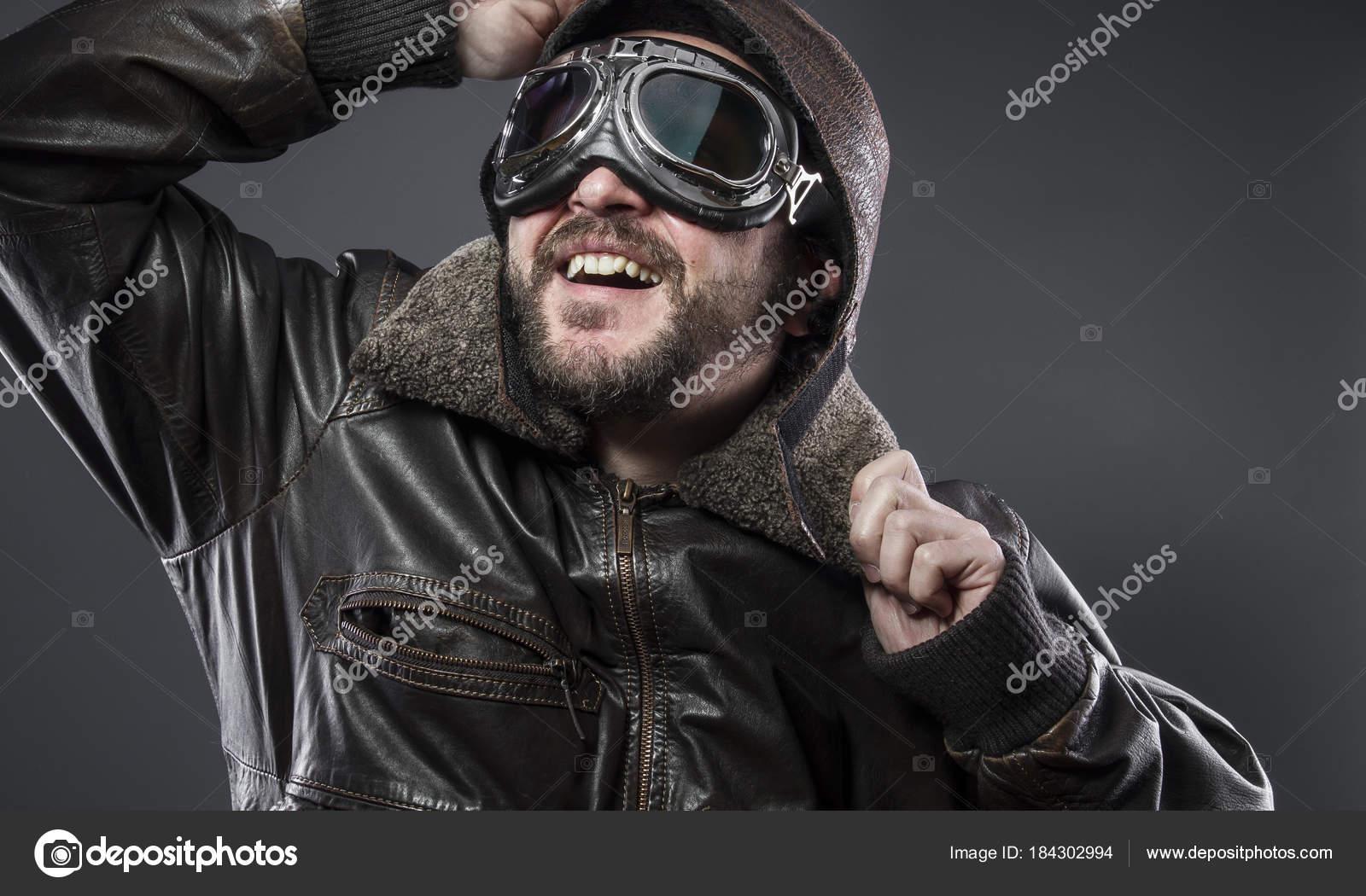 dc1fc47447 Aparência, antigo piloto de avião com jaqueta de couro marrom, arador chapéu  e óculos grandes — Fotografia por outsiderzone