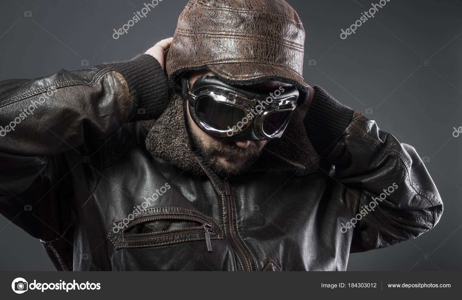 62b0f8f9f6 Aeronaves, antigo piloto de avião com jaqueta de couro marrom, arador chapéu  e óculos grandes — Foto de outsiderzone