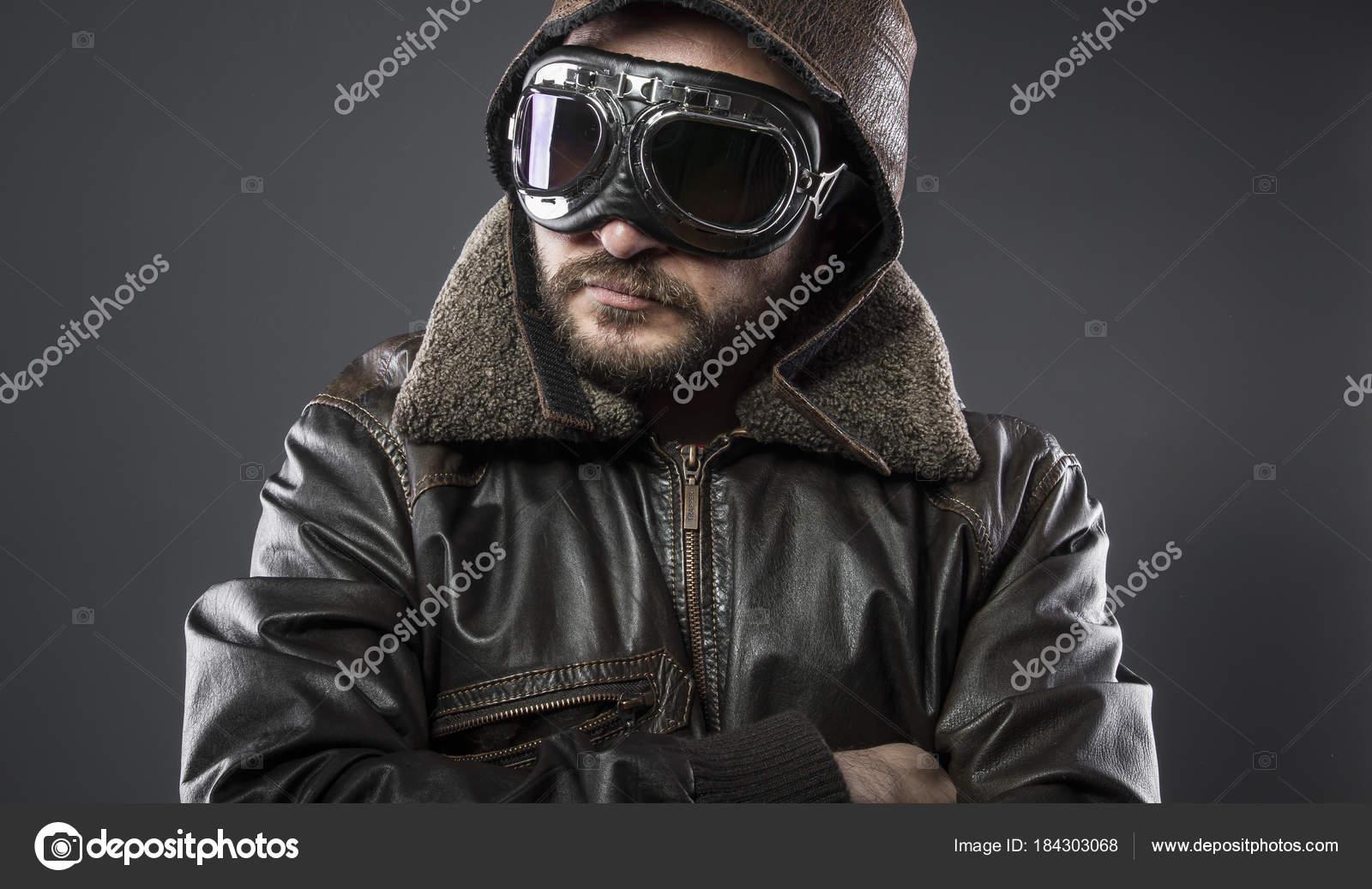 Recréation de la seconde guerre mondiale, ancien pilote d avion avec la  veste en cuir marron, chapeau d avidor et grands verres– images de stock  libres de ... cc1f2b7262cd