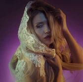 Fényképek Divat, aranyló hajjal és érzéki arc stúdió fotózás a gyönyörű szőke jelent