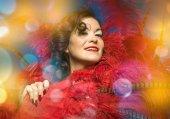 Fényképek Fél burleszk táncos barna nő, meztelen-val egy nagy játék, piros toll és a Térkép és a party smink megy