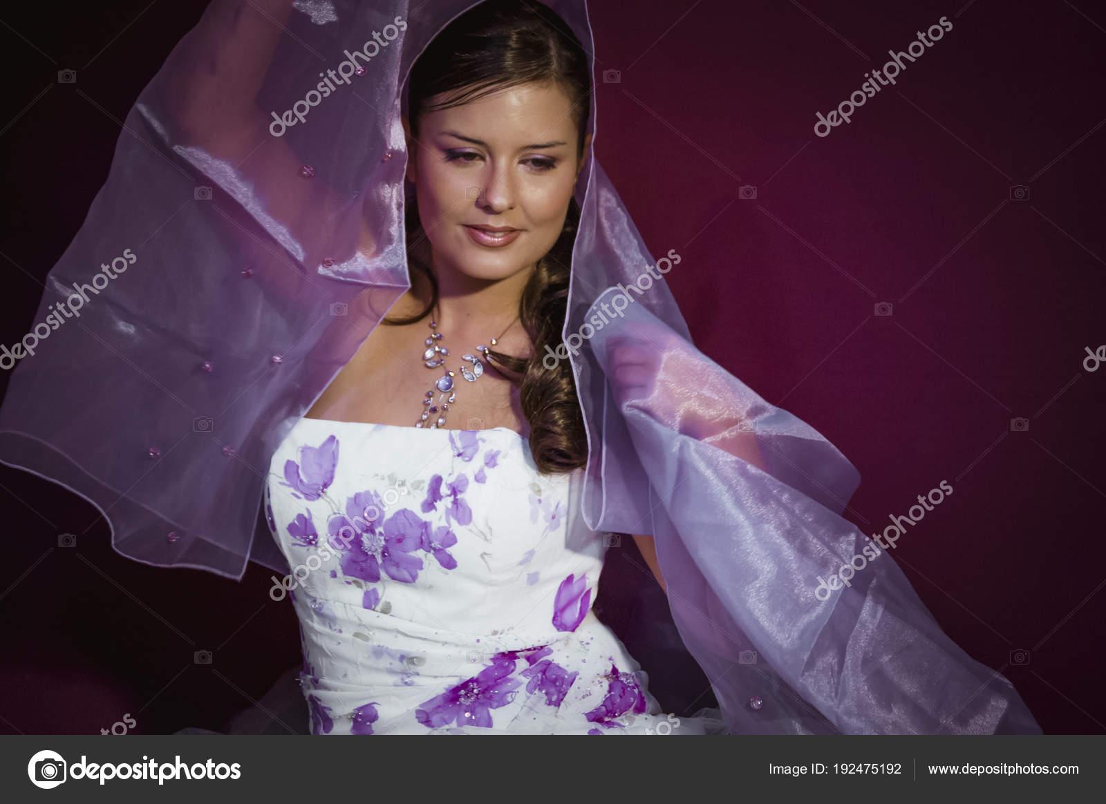 Hermosa Mujer Vestida Como Dama Honor Con Vestido Blanco Con — Foto ...