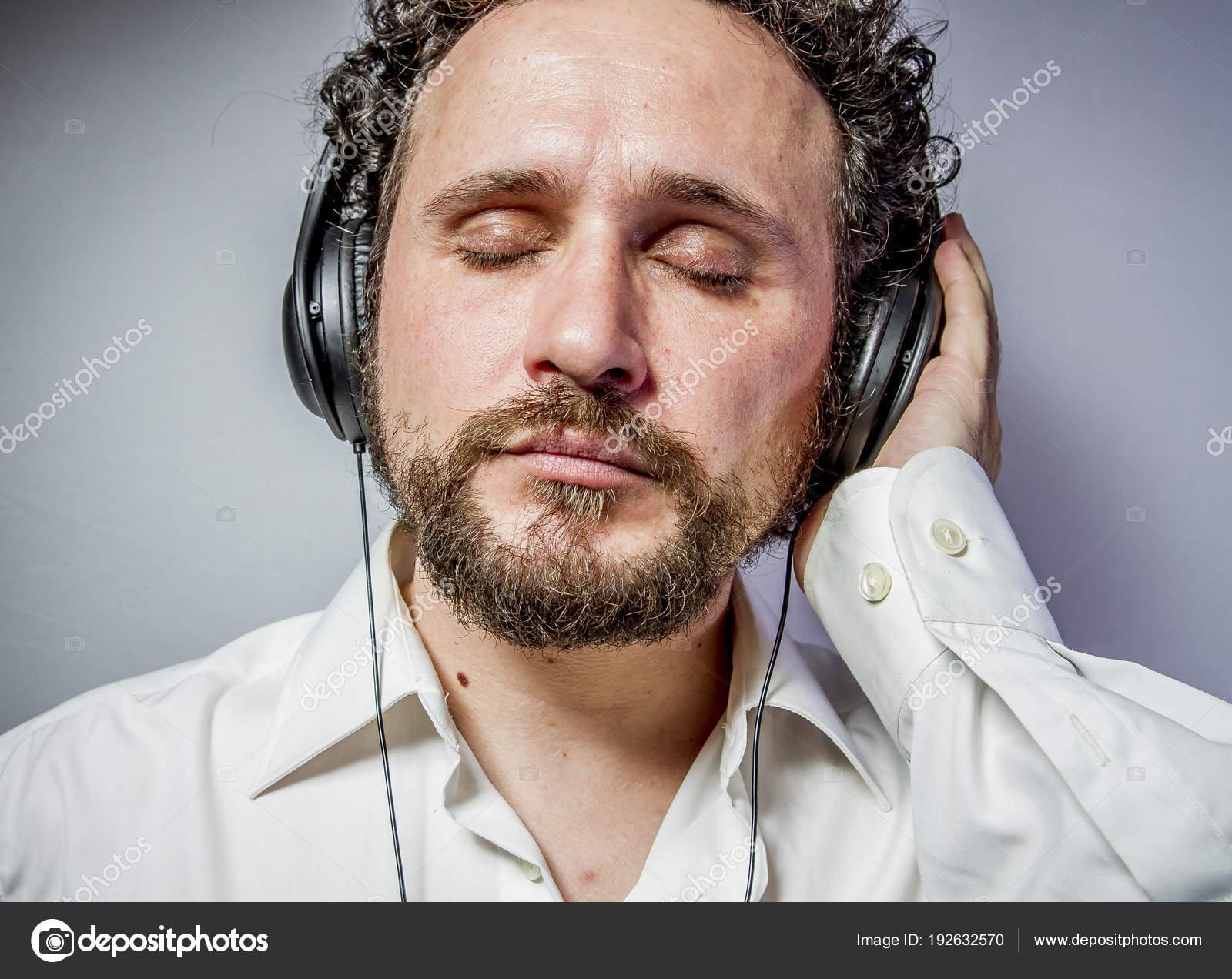 Met Intense Witte Geniet Expressie Muziek Overhemd Van Man nvOm8N0w
