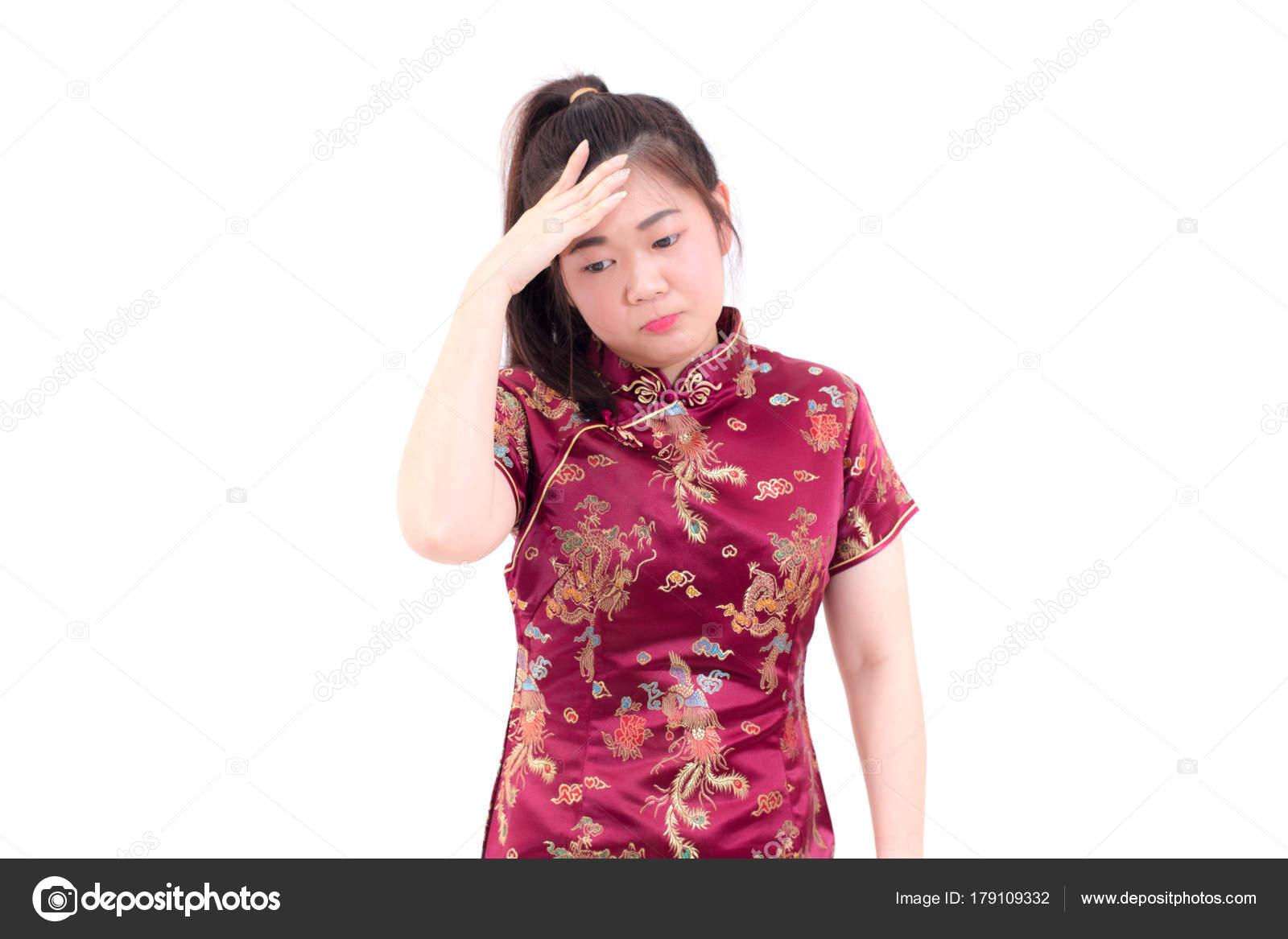 Asijské žena nosí šaty čínské cheongsam má bolest hlavy proti. Přemýšlejte  nad 7fc2cc11c1