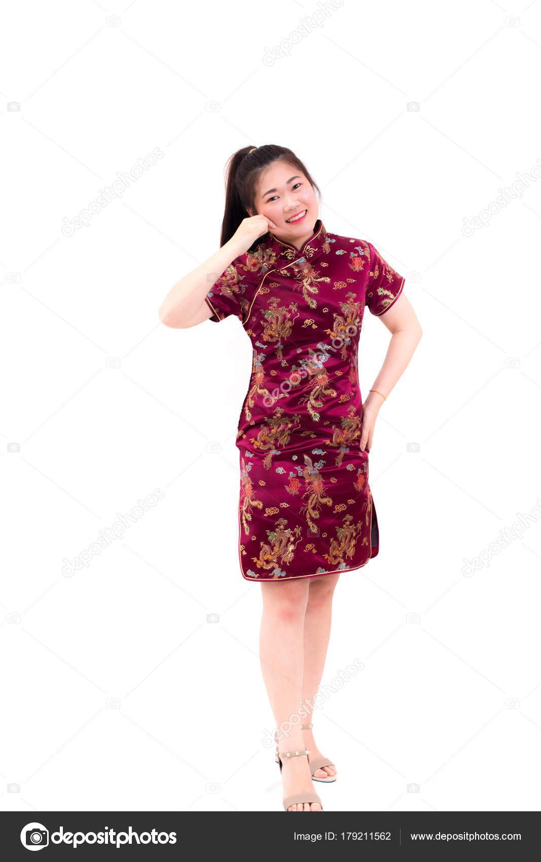 29b9baf5f243 Mladá asijská žena nosí čínské šaty tradiční cheongsam s svírání její tváře  a předstírat
