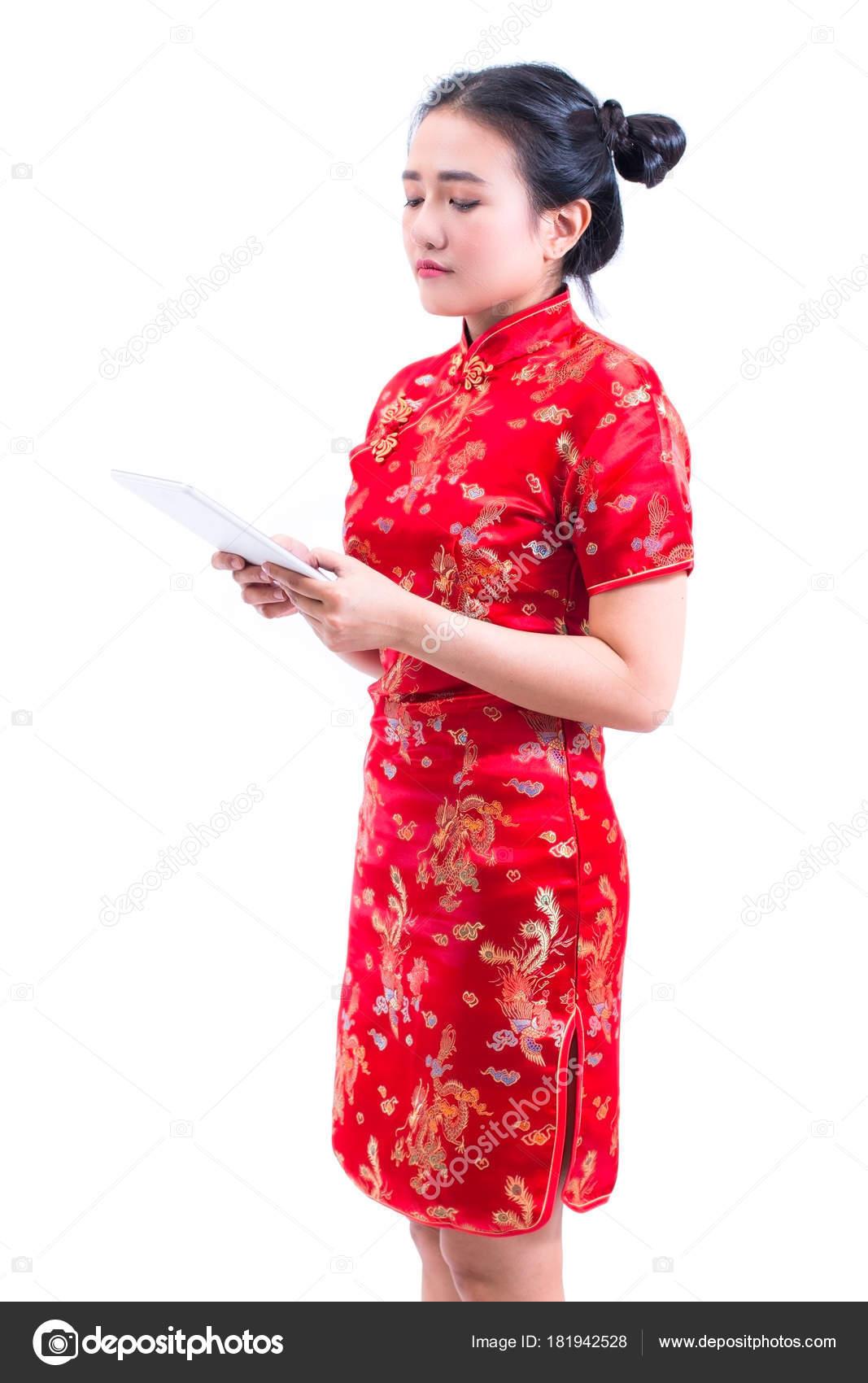 Boční pohled portrét krásné mladé asijské ženy opotřebení čínské šaty  tradiční cheongsam nebo QIPa pomocí moderní digitální tablet 6598db000e