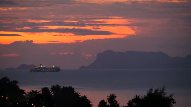 Parníku pluje mořem na pozadí, ostrovů a hor