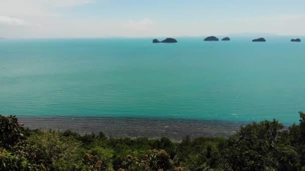 Öt Nővér-sziget a nyugodt víz felszínén. Varázslatos táj, növényzet és mély nyugodt víz, Samui Thaiföld. Lazítson nyaralás nyaralás üdülőhely koncepció. Madárszem panoráma légi drón felülnézet