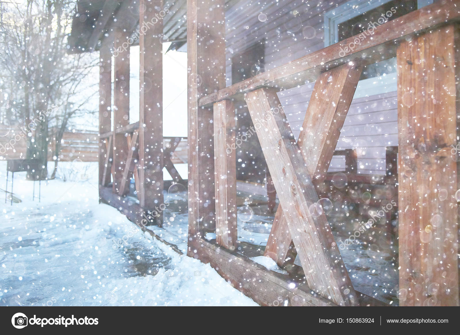 Landhaus Mit Alkoven Und Zaun Stockfoto C Xload 150863924