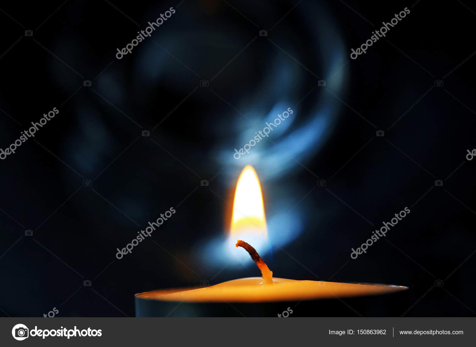 la vela en el cuarto oscuro — Fotos de Stock © xload #150863962