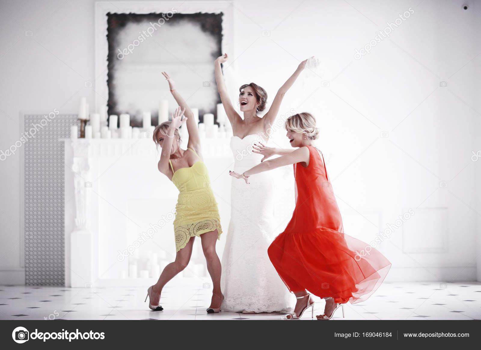 Braut im weißen Hochzeitskleid und Brautjungfern — Stockfoto © xload ...