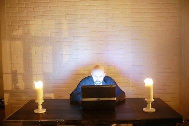 Sihirli gece konsepti, bilgisayardaki adam, korku interneti