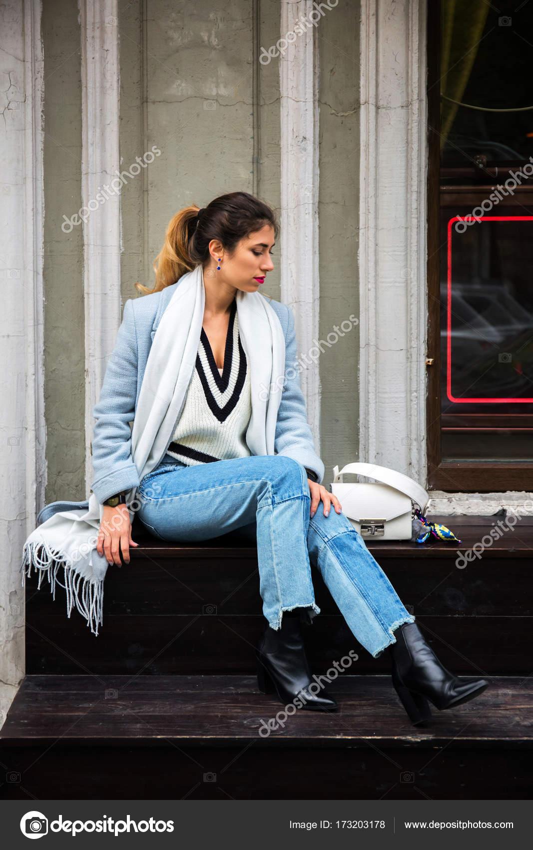 84fed083643d Ritratto all'aperto completo del corpo della ragazza di moda bella giovane  che posa sulla strada.
