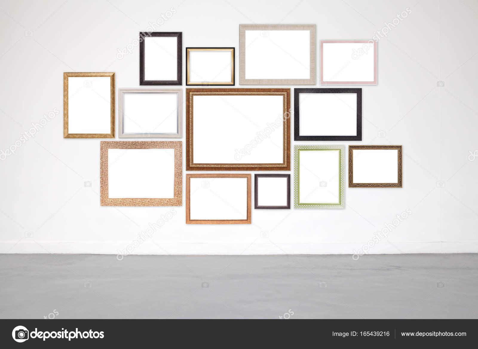 Marco clásico en cemento blanco de la pared en la sala de ...