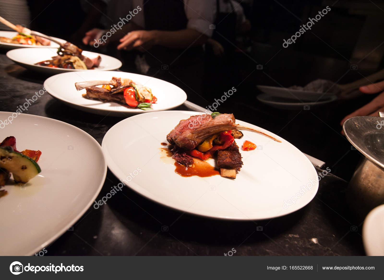 Unscharfen Hintergrund Der Koch Im Hotel Oder Restaurant Küche Kochen Mit  Lamm Und Dekoration Für Luxus