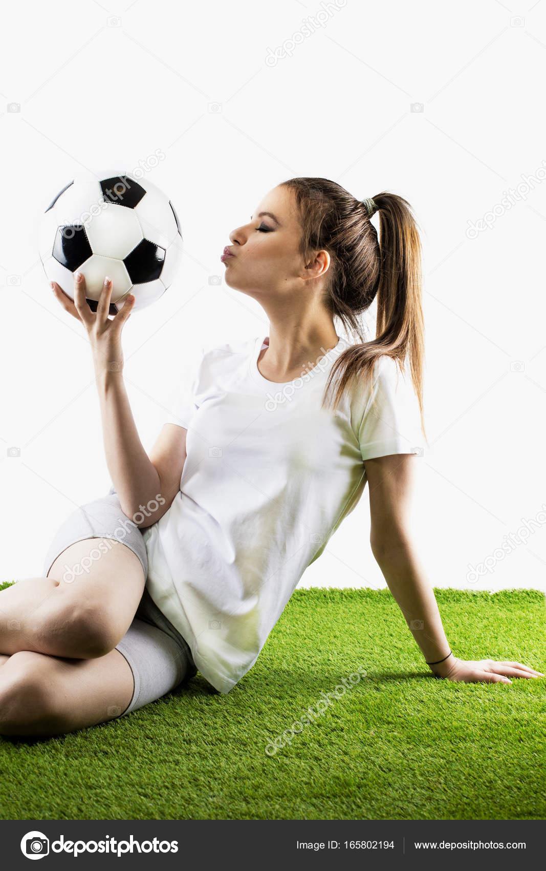 f7e8aa4e31e31 Fútbol de mujeres bonitas. Joven de pelo castaño en ropa deportiva ...