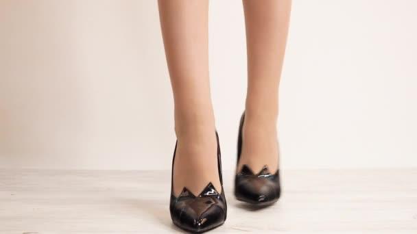 Nahaufnahme einer Frau in stylischen High Heels auf weißem Hintergrund