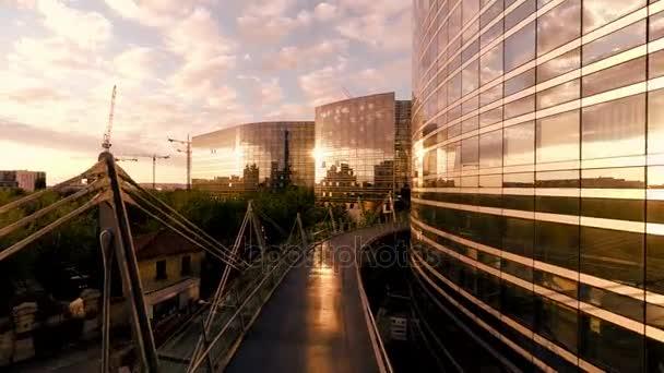 Luxusní skleněné budovy vrtulníkem letět nad moderní architektura