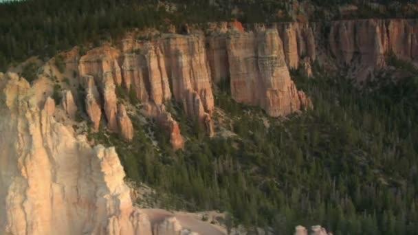 légi felvétel a bryce canyon nemzeti park elhaladó fehér szikla