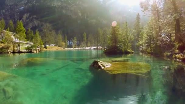 Lake resort rybník tyrkysové vody přírodní pozadí letecký pohled letět nad