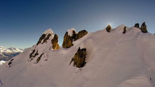 létání nad letecký pohled na vrchol hory sněhu
