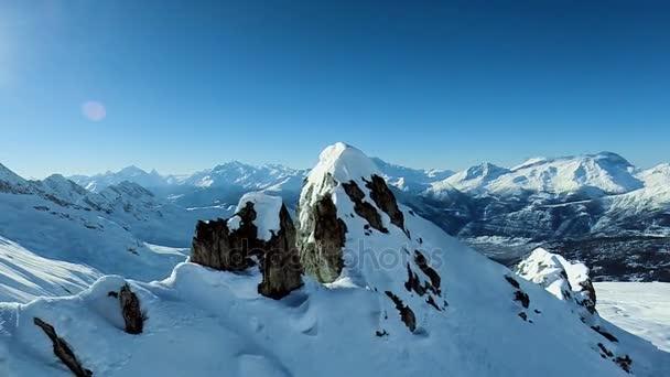 Letecký pohled na majestátní hory panorama létat nad zimní snow krajina