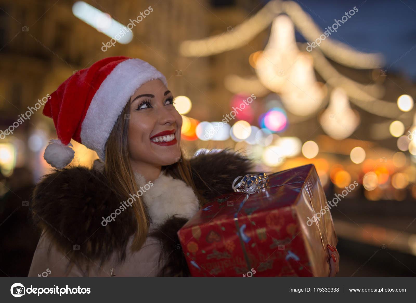 Schöne Frau mit Weihnachtsgeschenk in der Nacht — Stockfoto © KM ...