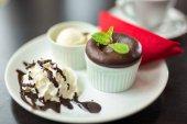 čokoládový dort se smetanou na talíři