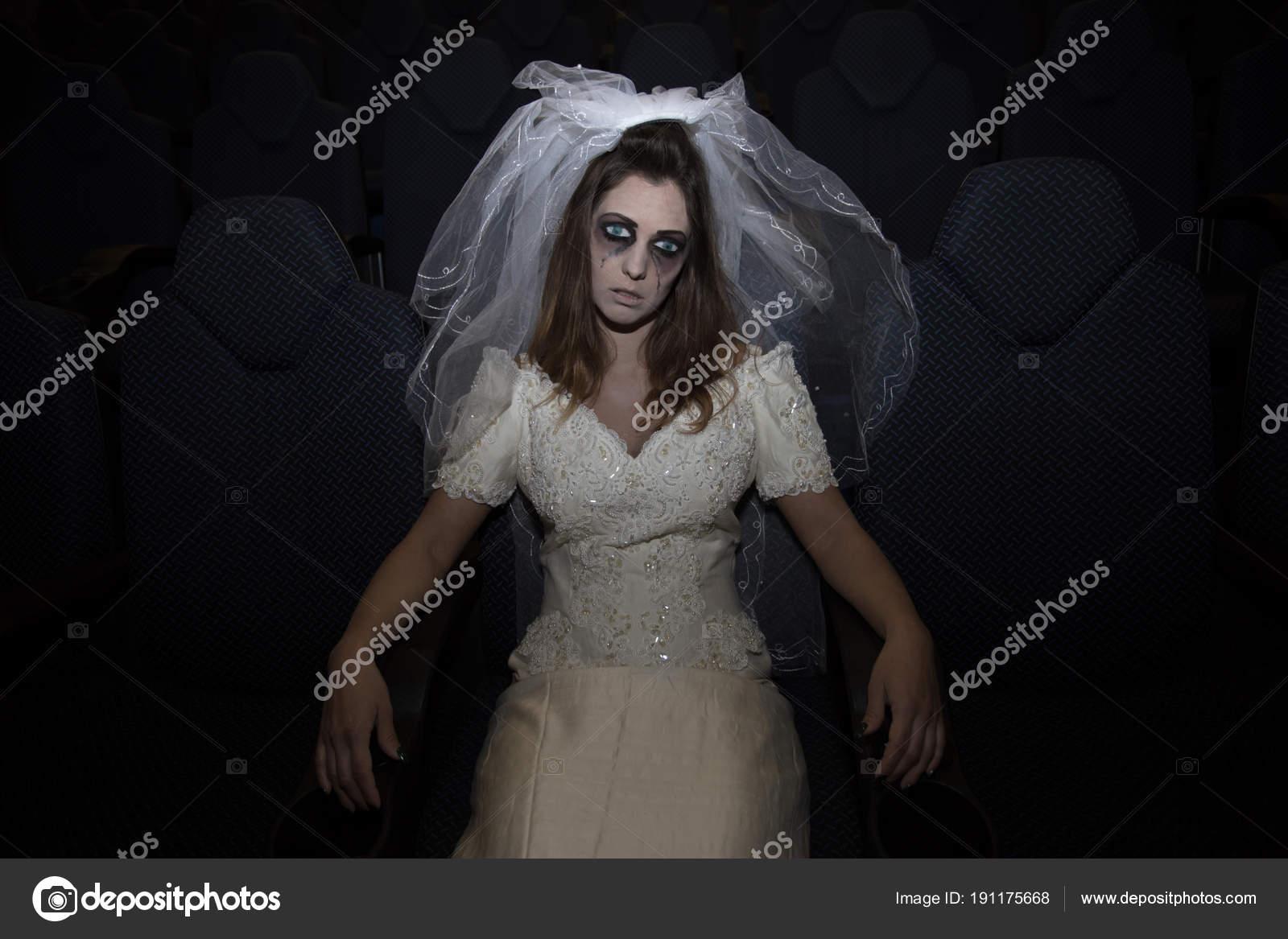 Scary Horror-Braut mit Schleier im Kino sitzen — Stockfoto © KM ...