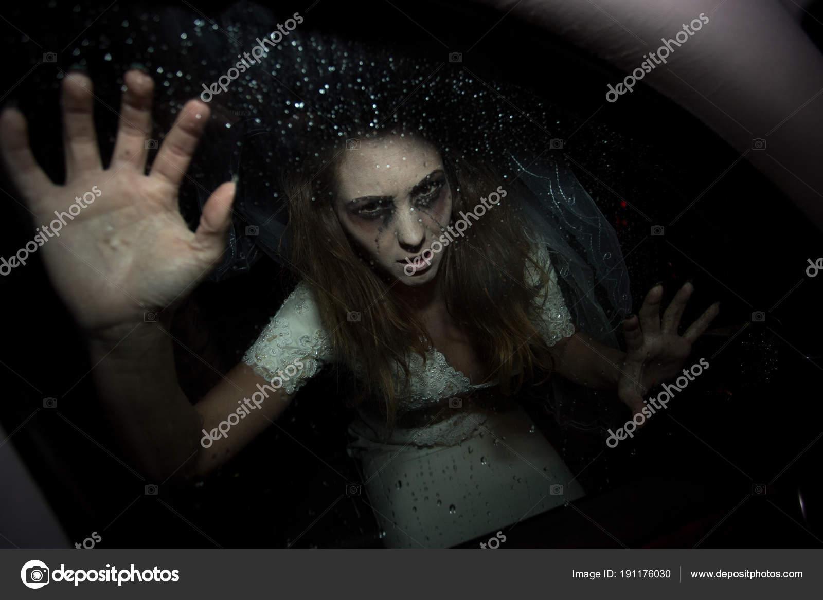 Beängstigend Frau im Blick durch Autofenster Brautkleid — Stockfoto ...