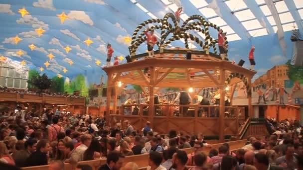 Im Hacker-Pschorr-Zelt auf dem Oktoberfest in München wird Bier getrunken.