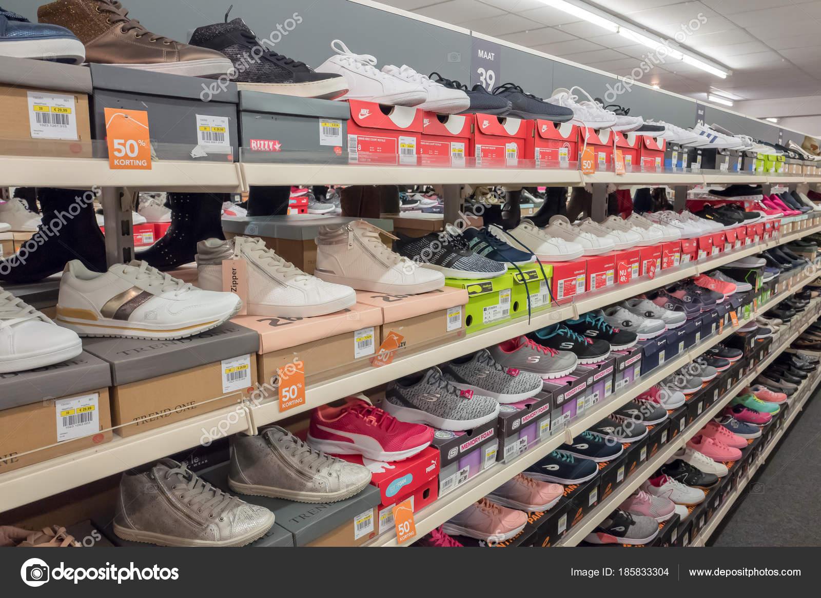 bd7bd8aa4bbb9 Calzado deportivo en la tienda de Bristol en Nunspeet– Fotografía editorial  de stock