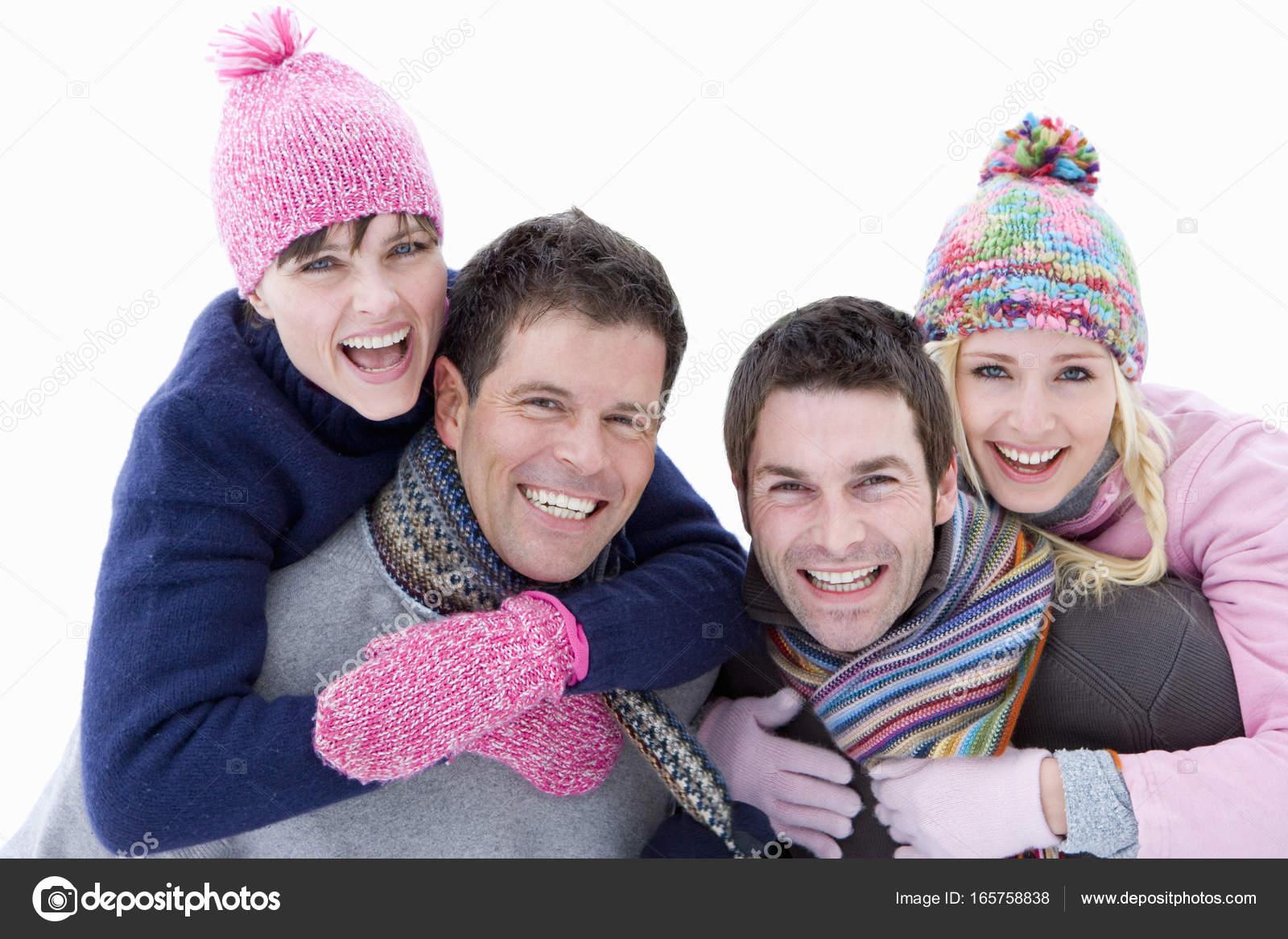 Zwei Junge Paare Winterkleidung Porträt Männer Tragen Frauen Auf ...