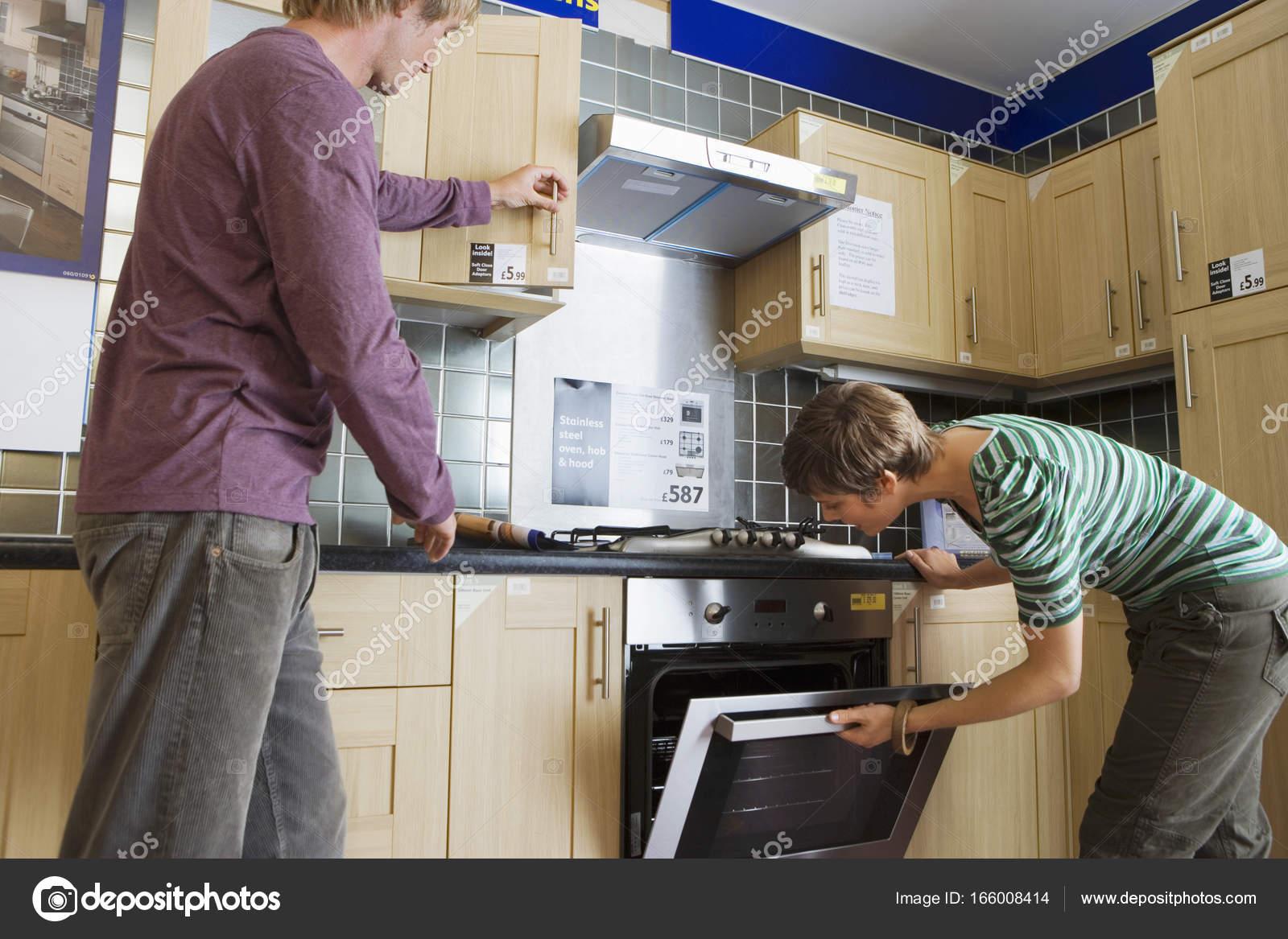 Pareja Nueva Cocina Tienda Muebles Para Hogar Hombre Armario Mujer ...