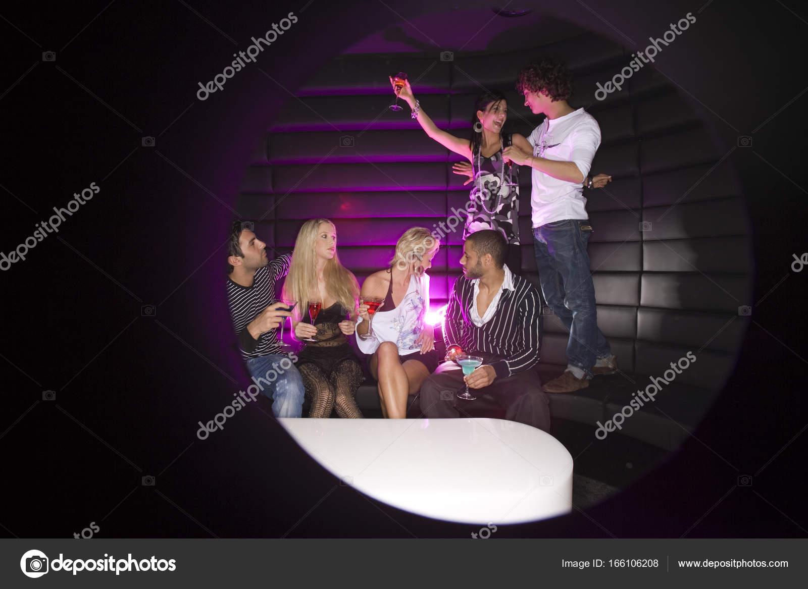 Junge Paare Tanzen Einem Nachtclub Mit Ihren Freunden Einen Drink ...