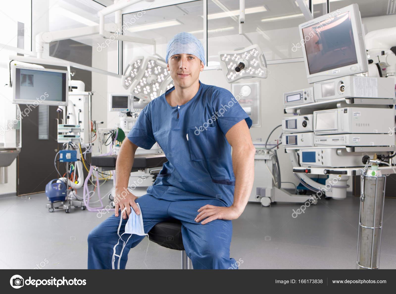 Chirurgo che siede sullo sgabello sala operatoria dell ospedale