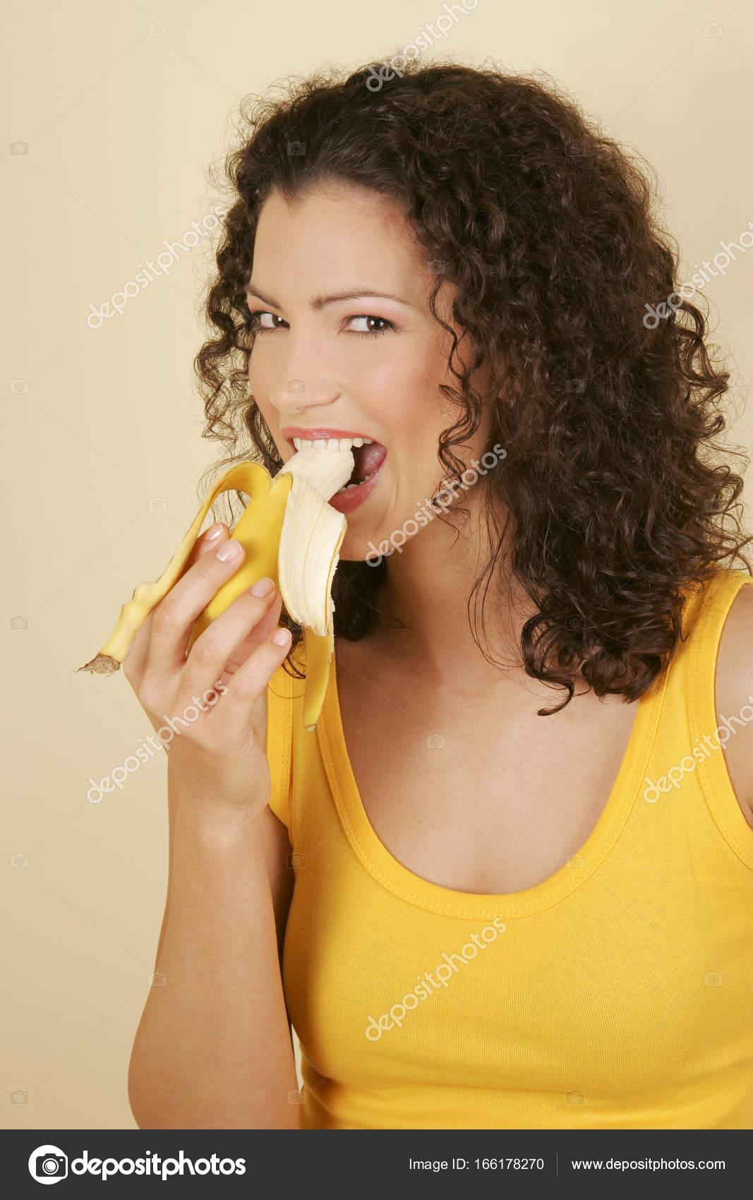 une femme qui mange une banane photographie juiceimagesenterprise 166178270. Black Bedroom Furniture Sets. Home Design Ideas