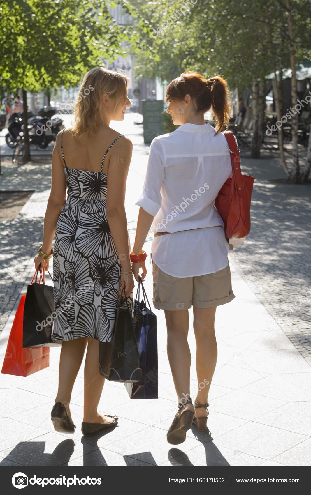 c58706f271f3d4 Zwei Frauen auf der Straße — Stockfoto © JuiceImagesEnterprise ...