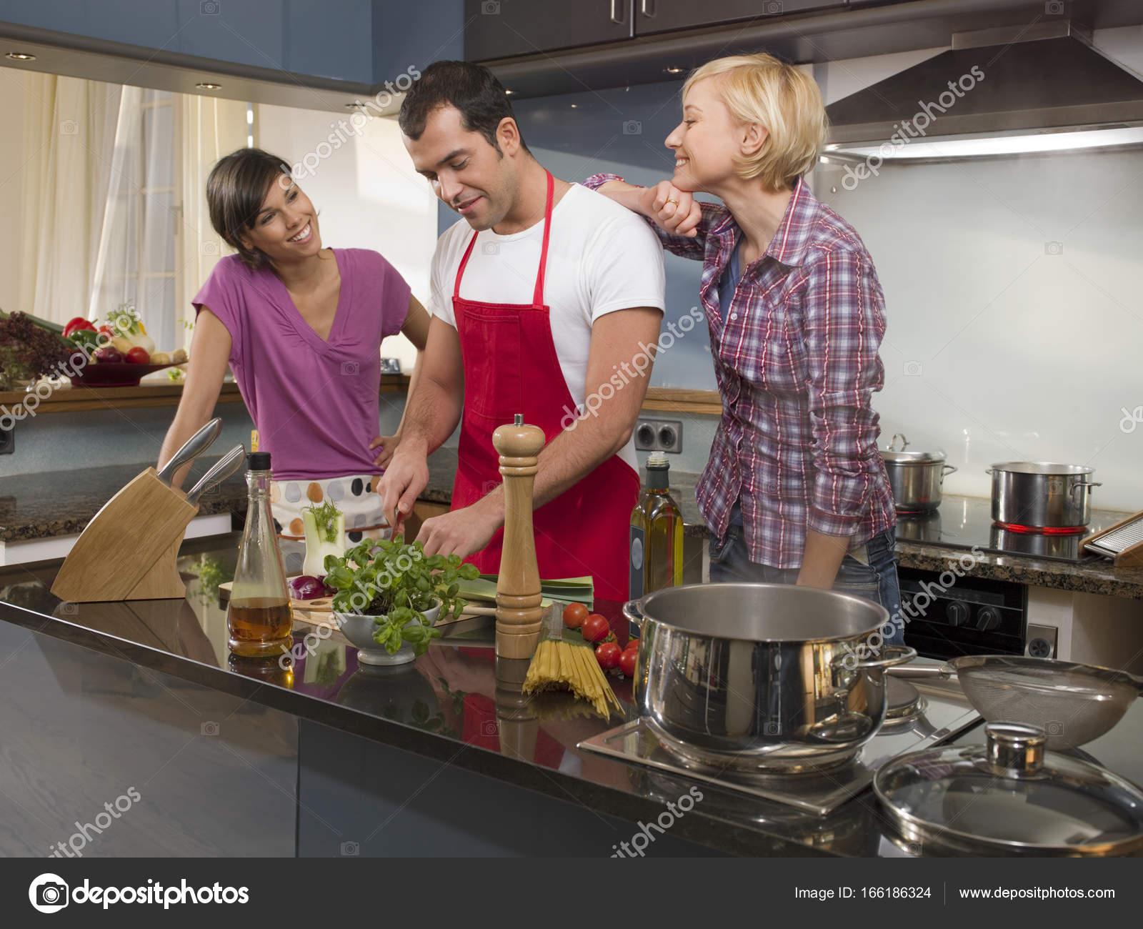Männliche Und Weibliche Freunde Kochen Abendessen Küche Home ...