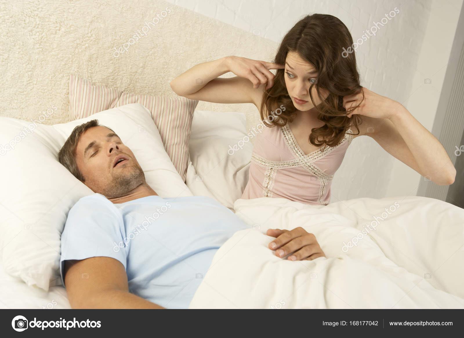 Mid volwassen man snurken slaapkamer u2014 stockfoto