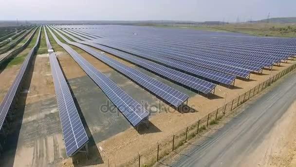 Letecký snímek solární panely - solární elektrárny
