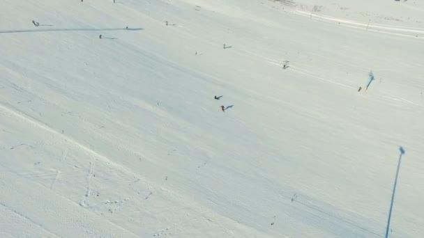 Několik lidí jezdit lyží do sněhu svah