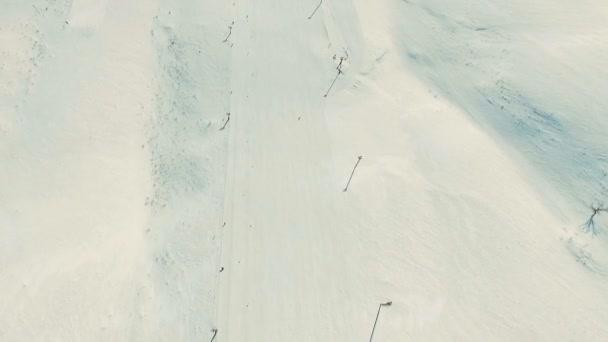 Několik lidí jezdit lyží do sněhu svah.